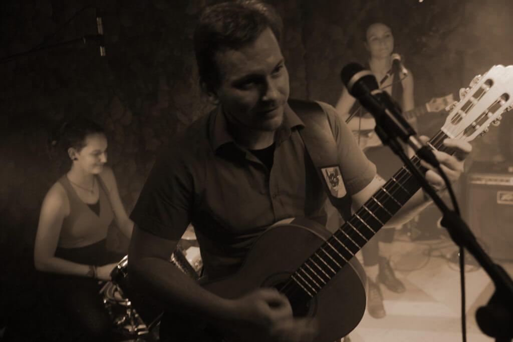Martin an der Gitarre Zargenbruch