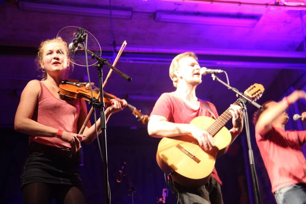 Folklorum 2020, Thekla, Martin und Flo auf der Hallenbühne