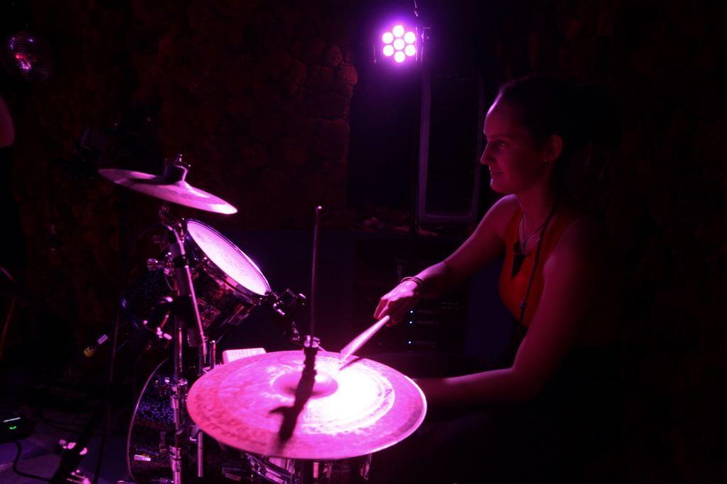 Anna am Schlagzeug im Barkett Zargenbruch