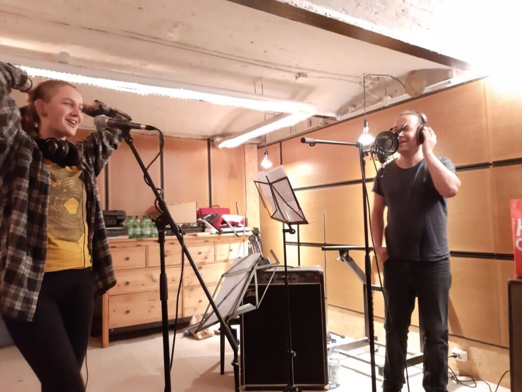 Anna und Flo im Studio beim Einsingen